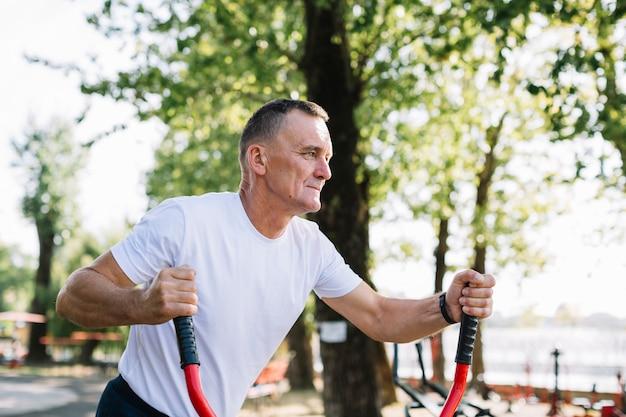 Vue de face senior travaillant sur stepper