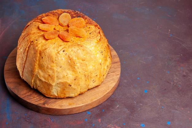 Vue de face shakh plov délicieux repas oriental se compose de riz cuit à l'intérieur de la pâte ronde
