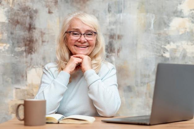Vue de face smiley aîné femme