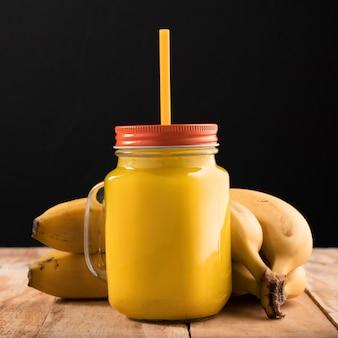 Vue de face smoothie et bananes