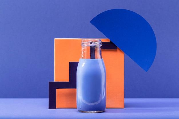 Vue de face smoothie bleu avec décoration