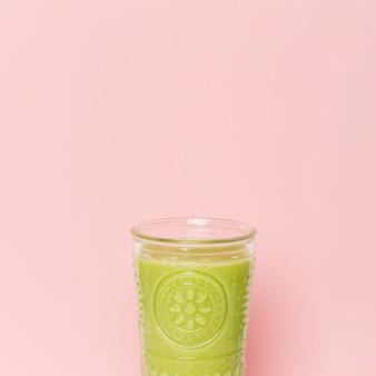 Vue de face smoothie vert en verre avec copie-espace