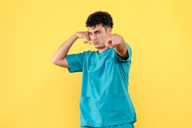 Vue De Face Un Spécialiste Le Médecin Dit D'appeler Une Ambulance Si Vous êtes Malade Photo gratuit