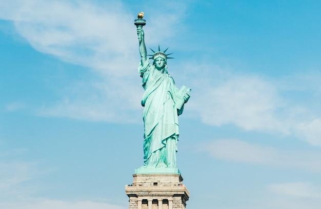 Vue de face de la statue de la liberté à new york (usa)