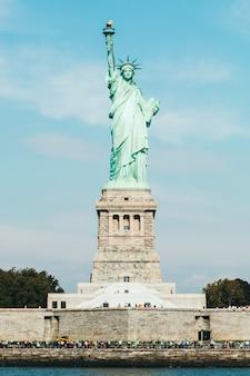 Vue de face de la statue de la liberté à new york