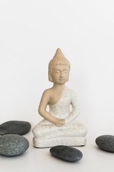 Vue de face de la statuette de bouddha