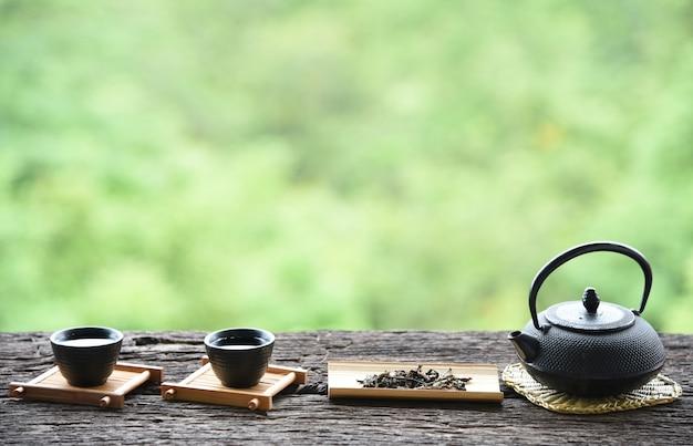 Vue de face style de boisson orientale thé chinois sur la table
