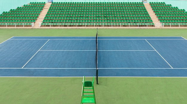 Vue de face de la surface verte à l'intérieur du stade du centre de tennis