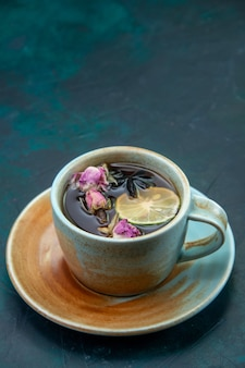 Vue de face d'une tasse de thé au citron et fleur