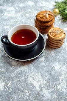 Vue de face tasse de thé avec des biscuits sur fond blanc