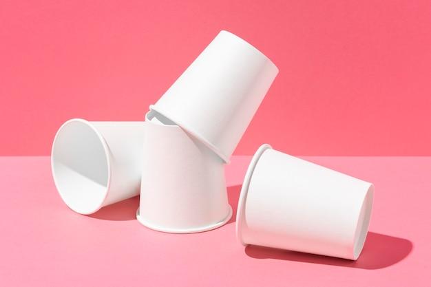 Vue de face des tasses blanches jetables
