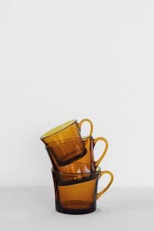 Vue de face de tasses d'objets de cuisine minimaliste abstraite
