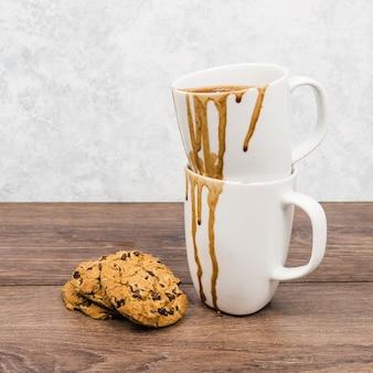 Vue de face des tasses sales avec des biscuits
