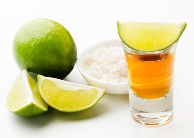 Vue de face de la tequila shot et de la chaux et du sel
