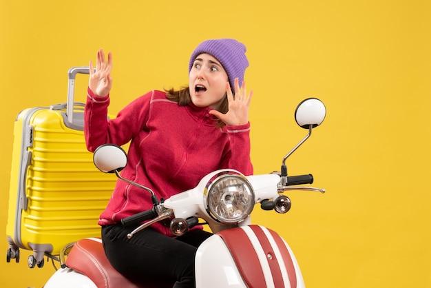 Vue de face terrifiée jeune fille sur un cyclomoteur