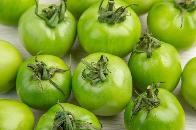 Vue de face tomates vertes sur un bureau blanc couleur salade mûre repas photo vie saine régime alimentaire