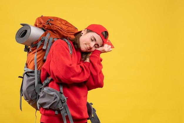 Vue de face touriste endormie avec sac à dos tenant la carte