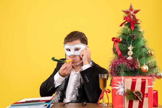 Vue de face travailleur masculin portant un masque de fête