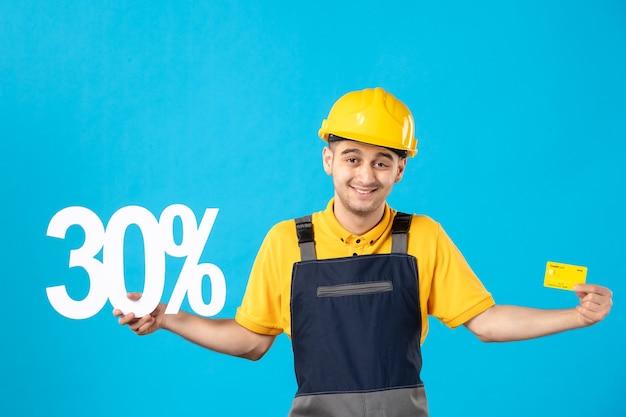 Vue de face travailleur masculin en uniforme avec écriture et carte bancaire bleu