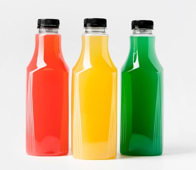Vue de face de trois bouteilles en verre de jus