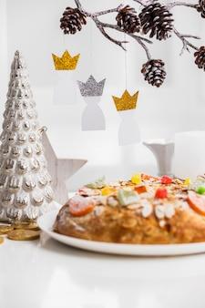 Vue de face de trois rois de papier avec dessert pour le jour de l'épiphanie