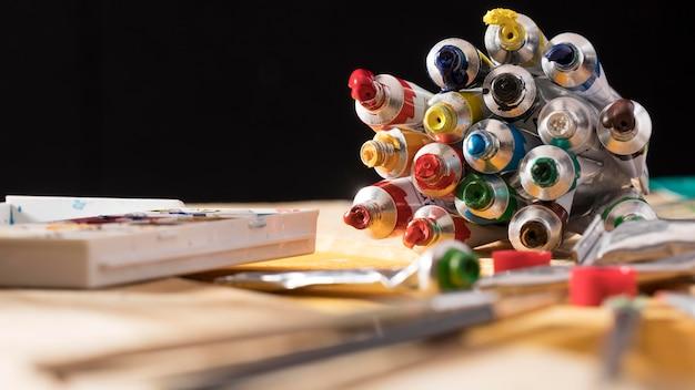 Vue de face des tubes avec de la peinture colorée