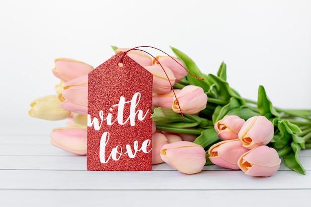 Vue de face des tulipes avec étiquette pour la saint valentin