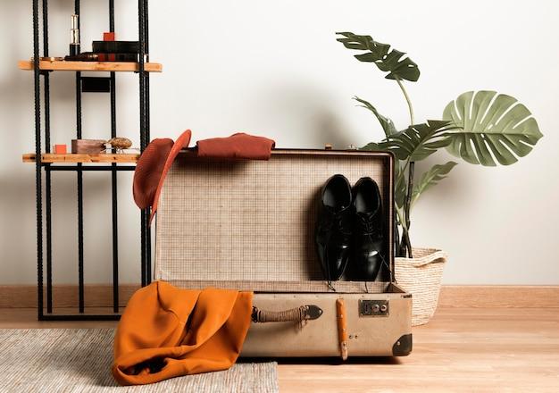 Vue de face valise vintage avec des vêtements décontractés
