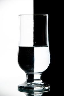 Vue de face verre d'eau sur photo de vin de boisson noir-blanc transparent