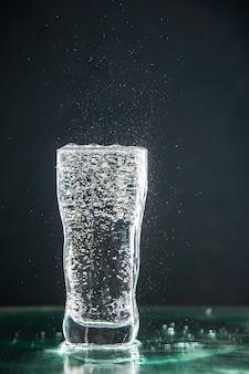 Vue de face verre de soda plein sur la boisson sombre photo champagne eau de noël