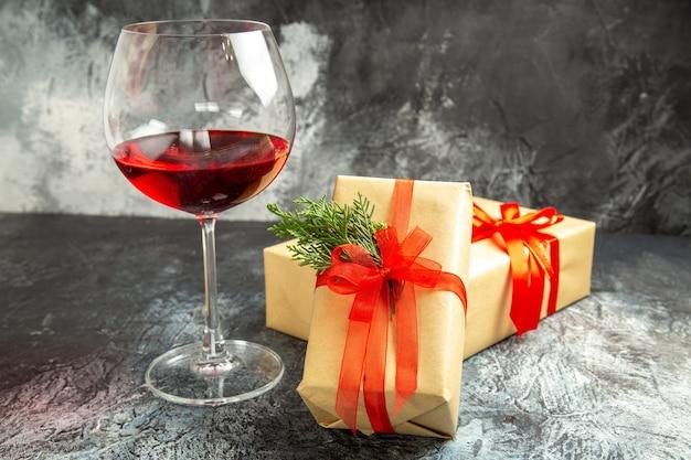 Vue de face verre de vin cadeau sur dark