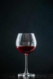 Vue de face verre de vin sur photo sombre champagne noël boire de l'alcool