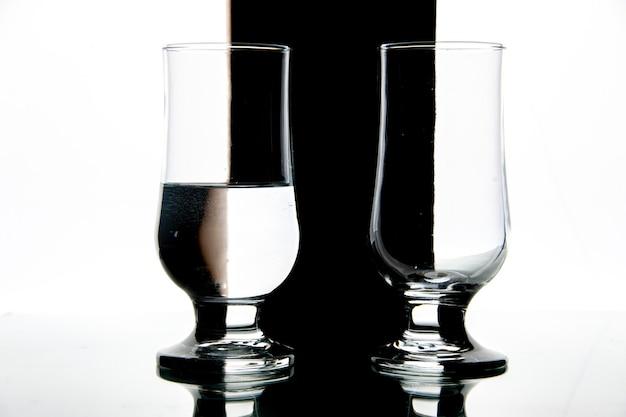 Vue de face des verres d'eau sur une photo de vin de boisson noir-blanc transparent