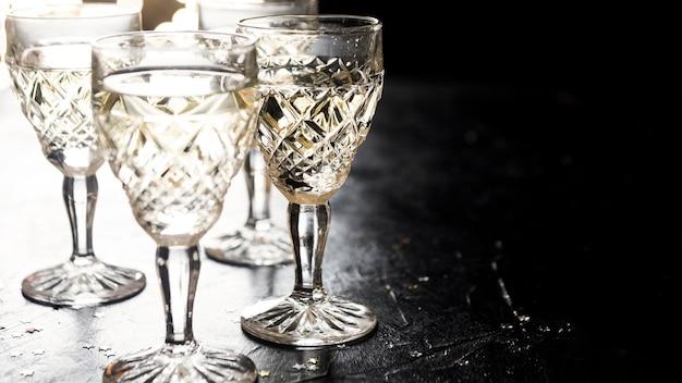 Vue de face verres festifs vides