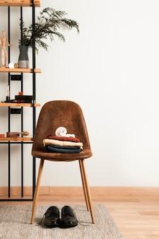Vue de face des vêtements décontractés sur le dessus de la chaise intérieure