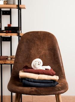 Vue de face des vêtements décontractés sur le dessus de la chaise