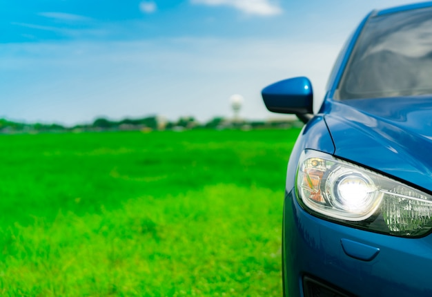 Vue de face d'une voiture de luxe suv compact bleue