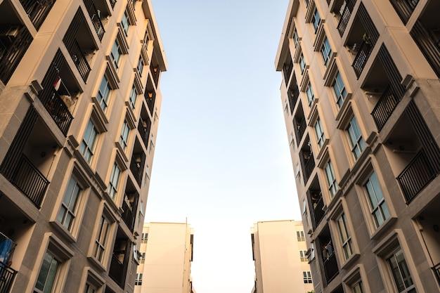 Vue à faible angle de la copropriété ou de l'appartement d'un immeuble résidentiel.