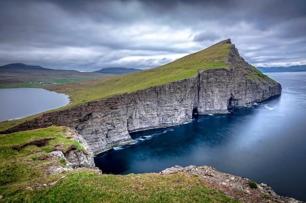 Vue sur la falaise de sørvágsvatn