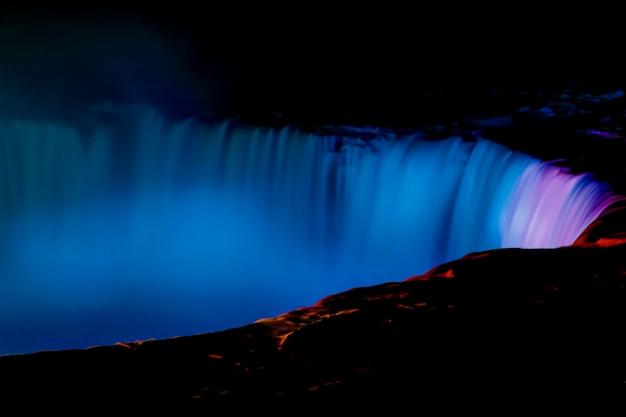 Une vue fantastique sur les chutes du niagara la nuit, ontario, canada