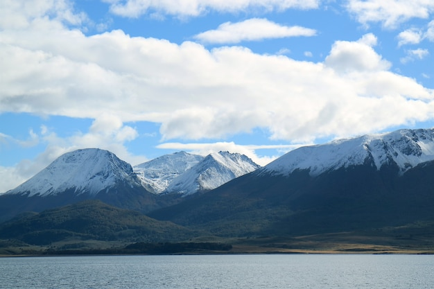 Vue fantastique sur les montagnes couvertes de neige le long du canal de beagle, ushuaia, argentine