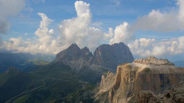 Vue fantastique sur les montagnes et les nuages en cours d'exécution