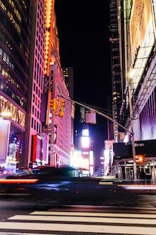 Vue fantastique sur la route de nuit avec des bâtiments