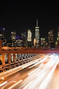 Vue fantastique sur la ville de nuit