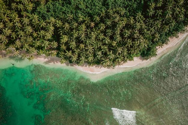 Vue fascinante sur la côte avec du sable blanc et de l'eau claire turquoise en indonésie