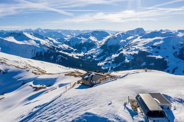 Vue fascinante sur les magnifiques montagnes enneigées