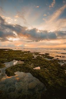 Vue fascinante sur la mer près du rivage pendant le coucher du soleil en indonésie