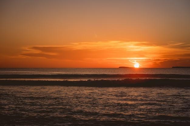 Vue fascinante sur l'océan calme pendant le coucher du soleil dans les îles mentawai, indonésie