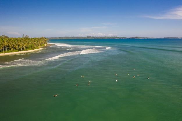 Vue fascinante sur la plage de sable blanc et d'eau claire turquoise en indonésie