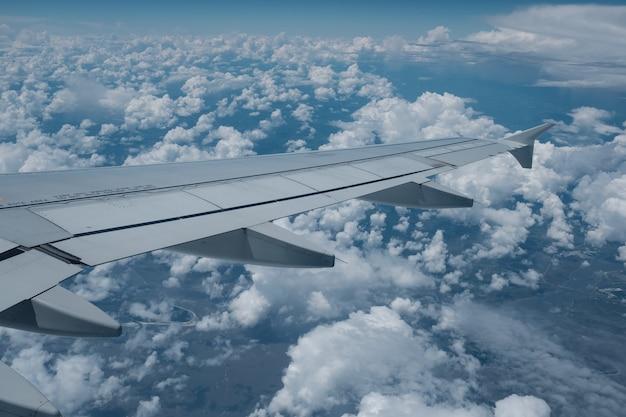 Vue de la fenêtre de l'avion avec des nuages